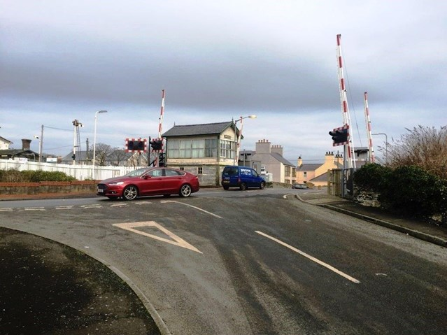 Rail safety warning issued following motorist level crossing misuse in Anglesey: Valley level crossing