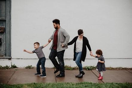 Cyhoeddi £2.3m ar gyfer gwasanaethau mabwysiadu – wrth i ymholiadau yng Nghymru godi traean yn ystod cyfnod y cyfyngiadau: family-of-four-walking-at-the-street-2253879-2